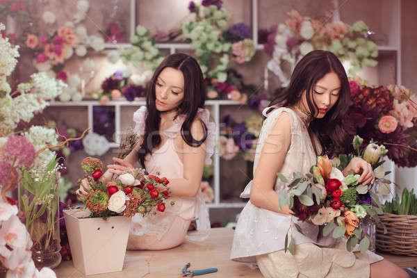 Belo asiático mulheres buquê flores flor Foto stock © artfotodima