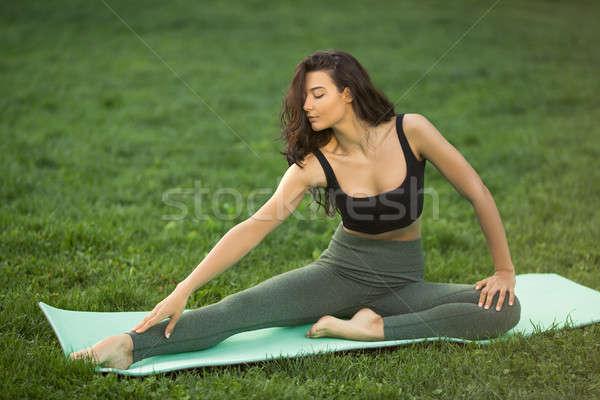Genç kadın antreman vücut sağlıklı spor Stok fotoğraf © artfotodima