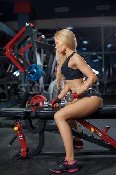 жестокий спортивный женщину вверх мышцы гантели Сток-фото © artfotodima