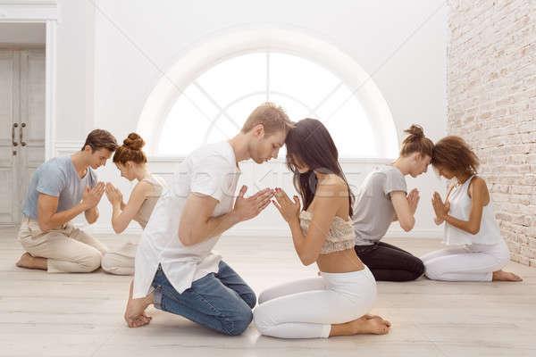 Groep mensen mediteren binnenshuis jonge familie therapie Stockfoto © artfotodima