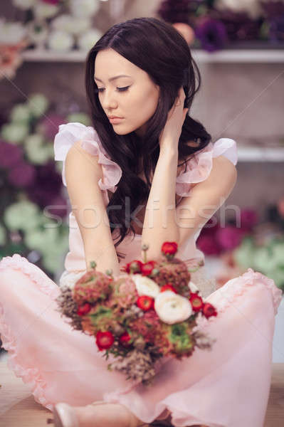 Mooie asian vrouw bloemist roze jurk Stockfoto © artfotodima