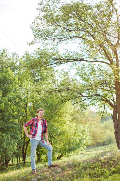 Homem bonito verde natureza jovem sorrir homem Foto stock © artfotodima