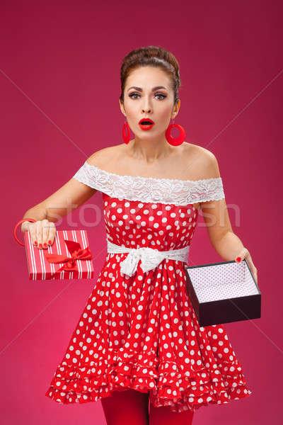 Ajándék pinup retró stílus nő csalódott visel Stock fotó © artfotodima