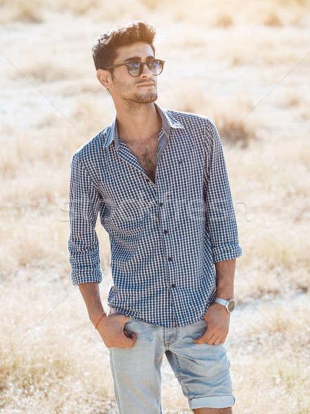 Knap jonge man buitenshuis natuur gezichtshaar permanente Stockfoto © artfotodima