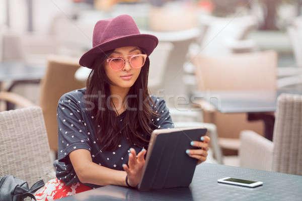 Asiático mulher jovem trabalhando telefone móvel compras Foto stock © artfotodima