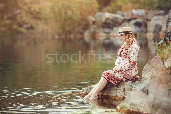 Mujer embarazada río embarazo naturaleza Foto stock © artfotodima
