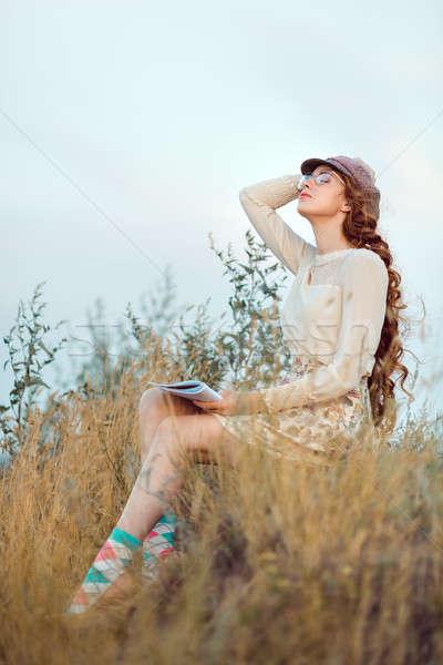 Student schrijver natuur vrouw denken naar Stockfoto © artfotodima