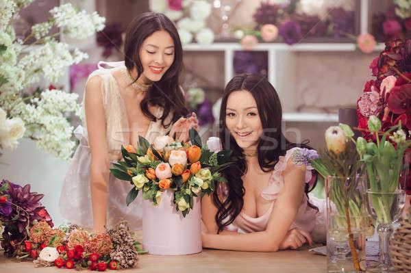 Belle asian femmes bouquet fleurs fleur Photo stock © artfotodima