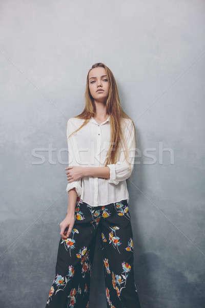 Moda adolescente menina em pé azul Foto stock © artfotodima