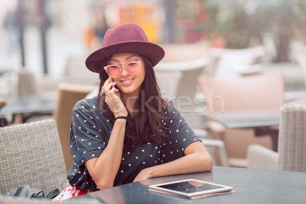 若い女性 座って カフェ 話 電話 女性 ストックフォト © artfotodima