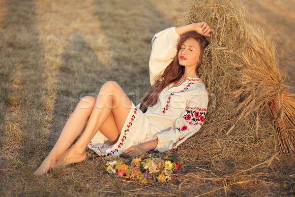 Gyönyörű lány legelő lakosztály tinilány citromsárga ül Stock fotó © artfotodima