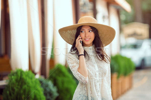 Mulher jovem em pé café falar telefone mulher Foto stock © artfotodima