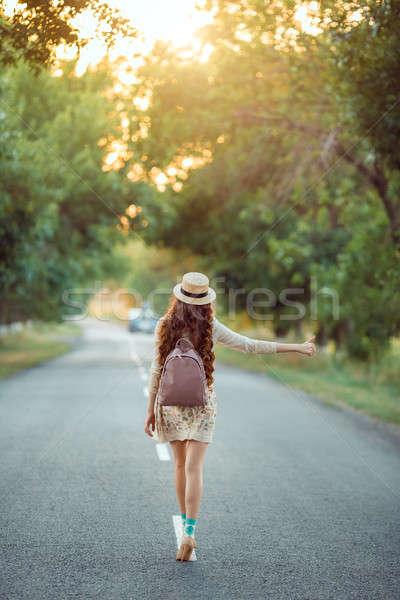 Dziewczyna hat plecak drogowego turystyki podróży Zdjęcia stock © artfotodima