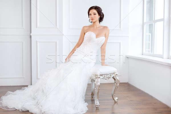 Bruid mooie jurk vergadering stoel binnenshuis Stockfoto © artfotodima