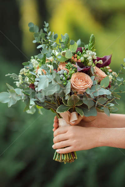 Gyönyörű eredeti esküvői csokor menyasszony kezek zárt Stock fotó © artfotodima