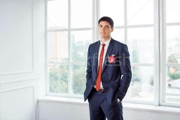 Bruidegom alleen prachtig glimlachend naar Stockfoto © artfotodima