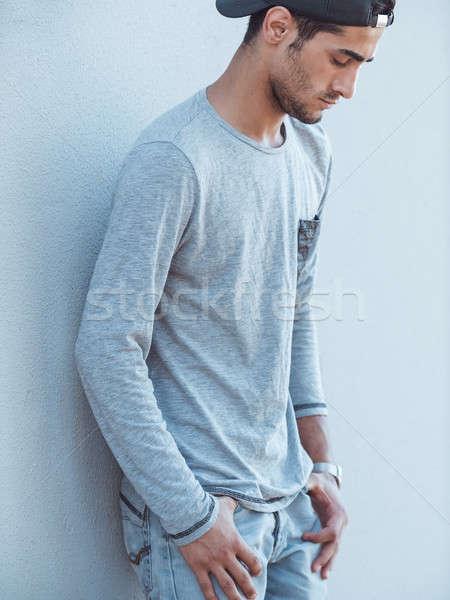 Knap jonge man buitenshuis portret ernstig gezichtshaar Stockfoto © artfotodima