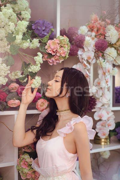 красивой азиатских женщину флорист розовый платье Сток-фото © artfotodima