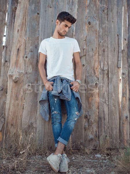 élégant jeune homme extérieur permanent bois Photo stock © artfotodima