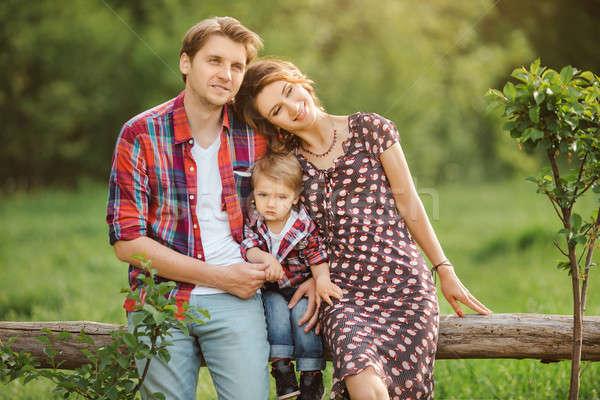 счастливая семья парка природы матери отцом сына случайный Сток-фото © artfotodima