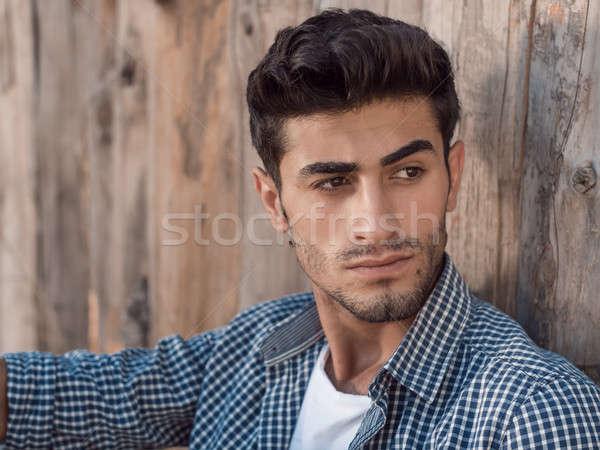 Knap jonge man buitenshuis portret gezichtshaar vergadering Stockfoto © artfotodima