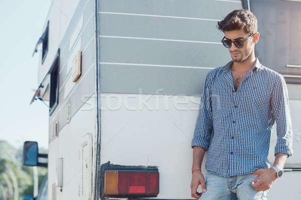 Reiziger knap jonge man buitenshuis gezichtshaar Stockfoto © artfotodima
