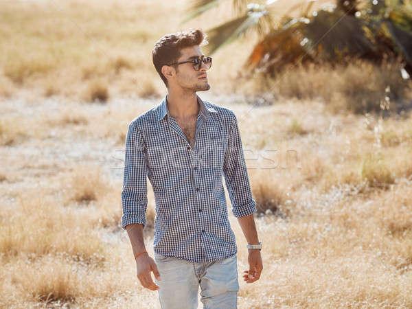 Stockfoto: Knap · jonge · man · buitenshuis · natuur · gezichtshaar · lopen