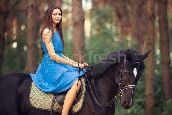Bela mulher equitação cavalo floresta sorridente jovem Foto stock © artfotodima