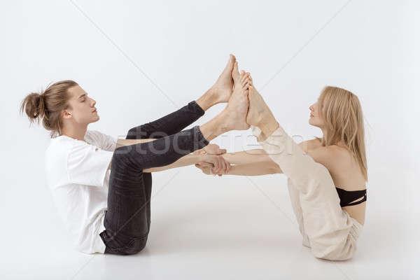 Fiatal sportos pár gyakorol egyensúlyoz pár Stock fotó © artfotodima