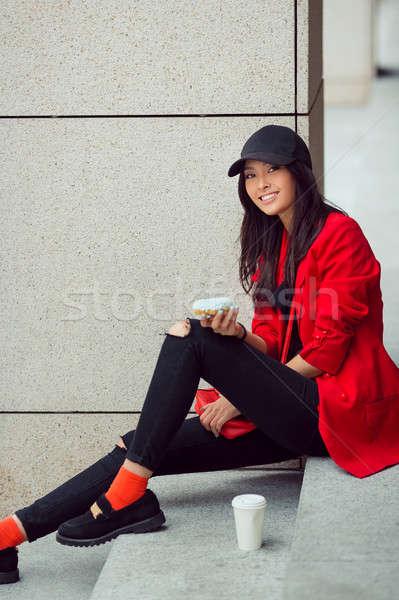 Młodych asian kobieta jedzenie fast food odkryty Zdjęcia stock © artfotodima