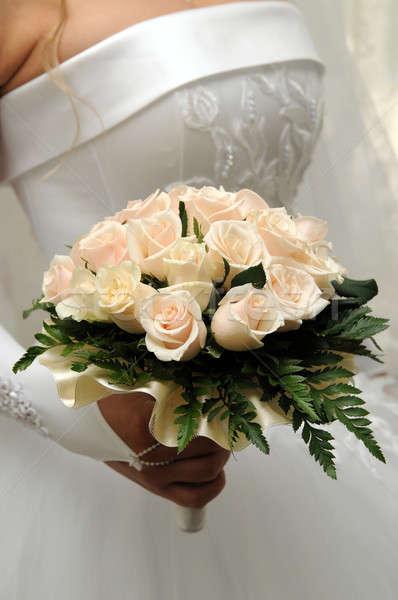 Virágcsokor rózsák menyasszony tart esküvői csokor kéz Stock fotó © artfotoss