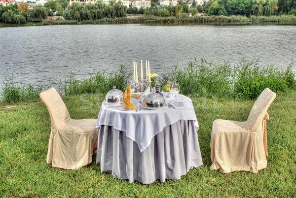 Foto stock: Elegante · férias · tabela · ao · ar · livre · bancos · rio