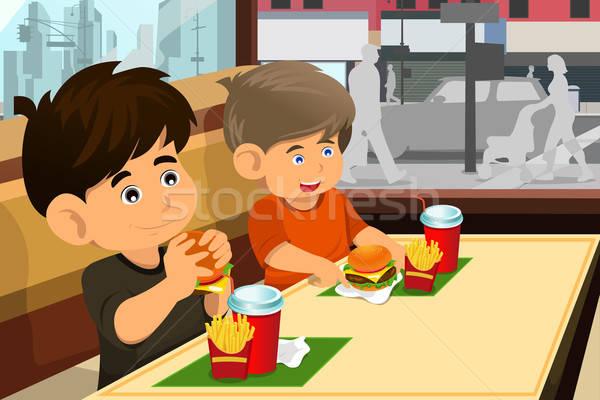 Stockfoto: Kinderen · eten · hamburger · frietjes · gelukkig · fastfood · restaurant