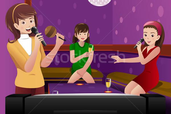 Femenino amigos cantando karaoke feliz micrófono Foto stock © artisticco