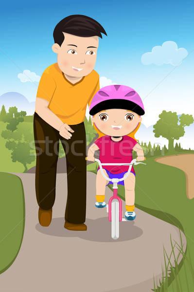 Ojciec nauczania córka jazda konna rowerów parku Zdjęcia stock © artisticco