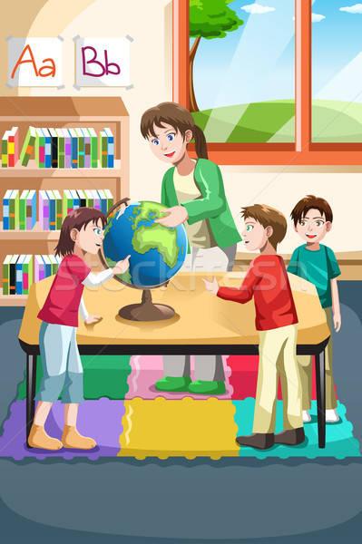 Kindergarten Lehrer Studenten schauen Welt Klassenzimmer Stock foto © artisticco
