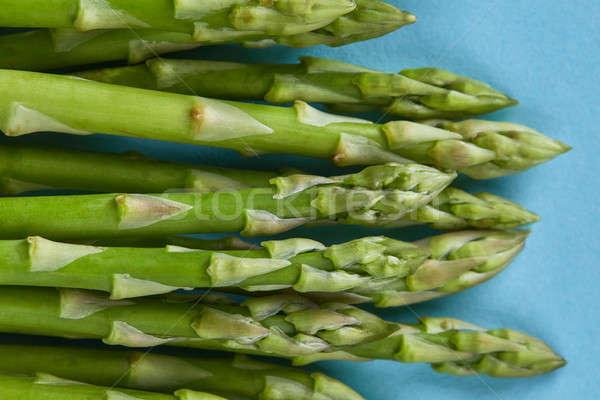 Friss zöld spárga főzés kék közelkép Stock fotó © artjazz
