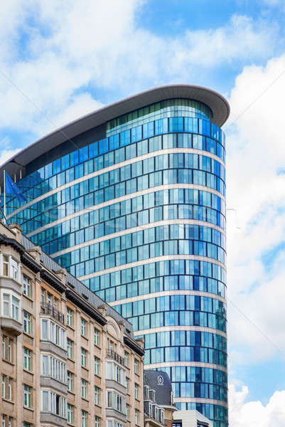 Toronyház épület Brüsszel ovális üveg irodaház Stock fotó © artjazz