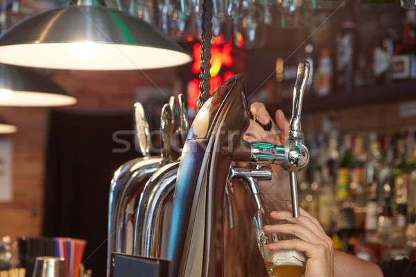 Barman bier handen glas Stockfoto © artjazz