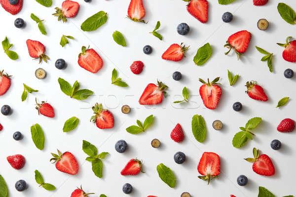 Fruto padrão metade morangos mirtilos de Foto stock © artjazz