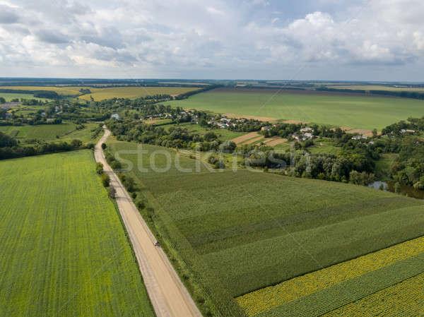 Vista pueblo camino de tierra agrícola Foto stock © artjazz