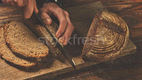 Fırıncı adam dilimleri ekmek eller kesmek Stok fotoğraf © artjazz