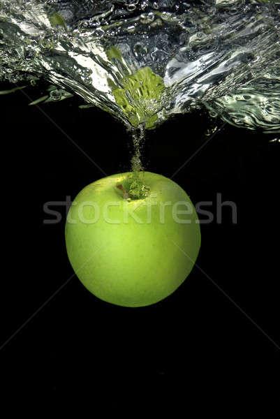 Zielone jabłko odizolowany czarny wody Zdjęcia stock © artjazz