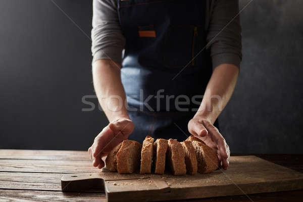 Teljes kiőrlésű rusztikus kenyér szakács kéz vág Stock fotó © artjazz