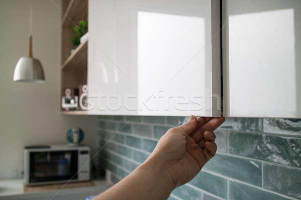 Konyhaszekrény ajtók kéz nyitva modern konyha Stock fotó © artjazz