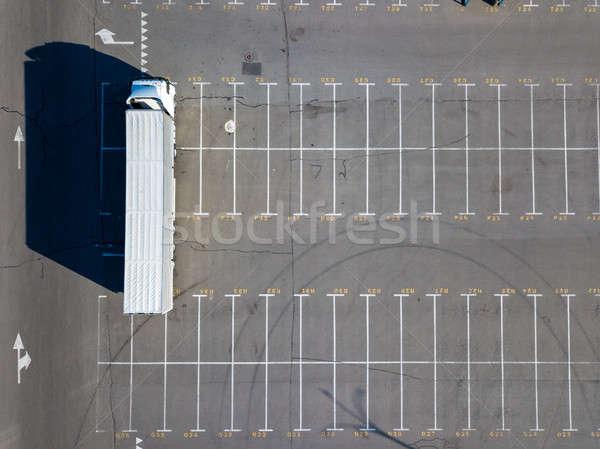 Długo ciężarówka parking budynku materiały ostry Zdjęcia stock © artjazz