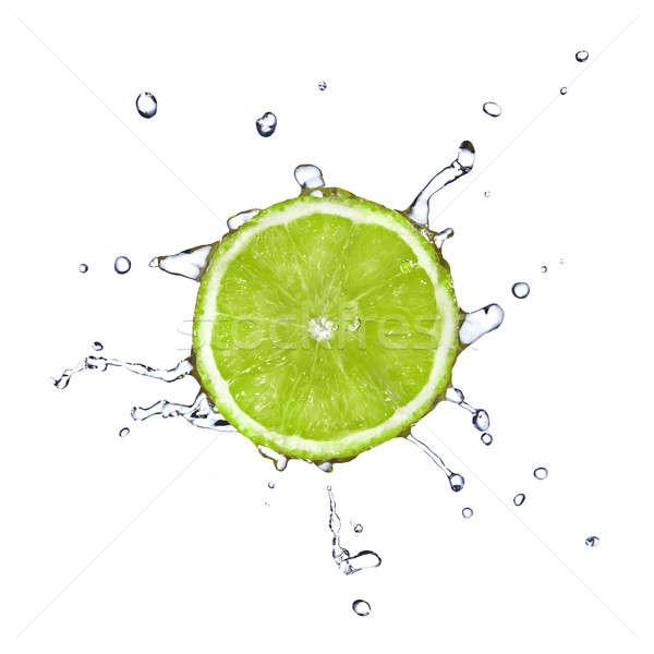 Tranche chaux gouttes d'eau isolé blanche alimentaire Photo stock © artjazz
