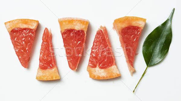 Greyfurt dilim detay yeşil yaprakları beyaz gıda Stok fotoğraf © artjazz