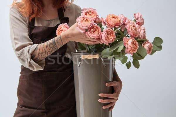 Bukiet różowy róż dziewcząt ręce Zdjęcia stock © artjazz