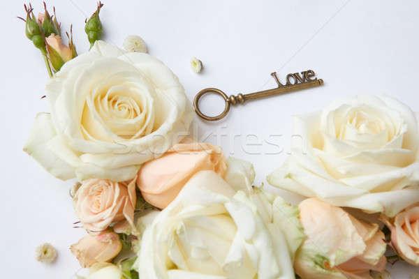 Kırmızı gül anahtar sevmek çiçekler düğün gül Stok fotoğraf © artjazz